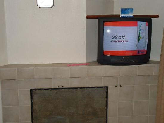 Sonesta ES Suites St. Louis: TV/what used to be a fireplace?