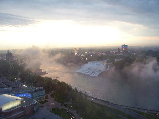 Embassy Suites by Hilton Niagara Falls Fallsview Hotel : sunrise over the falls