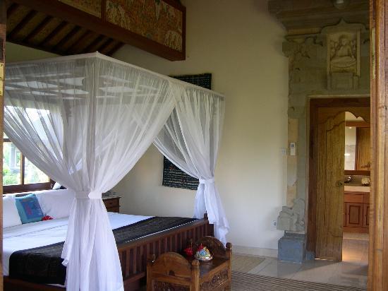 Alam Shanti: Huge bed