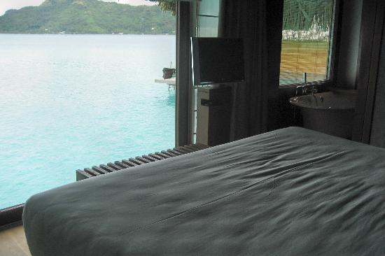 InterContinental Bora Bora Resort & Thalasso Spa: Check out the lagoon from the foot of the bed!