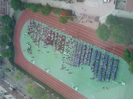 Radisson Blu Hotel Shanghai New World: Morning workout for high school students