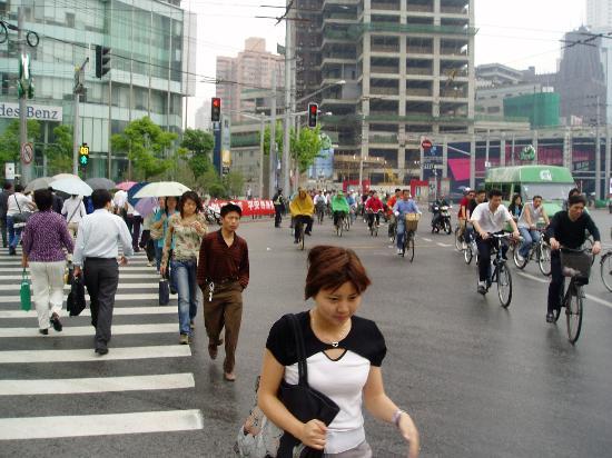 Radisson Blu Hotel Shanghai New World: Busy Shanghai intersection