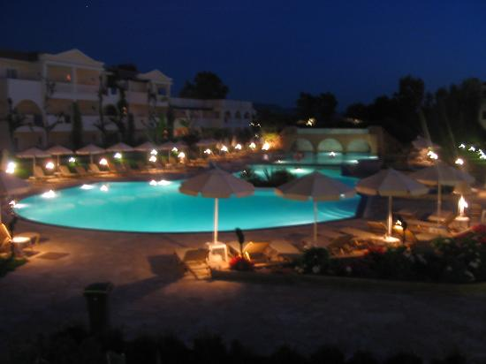 Bitzaro Grande Hotel: The hotel at night