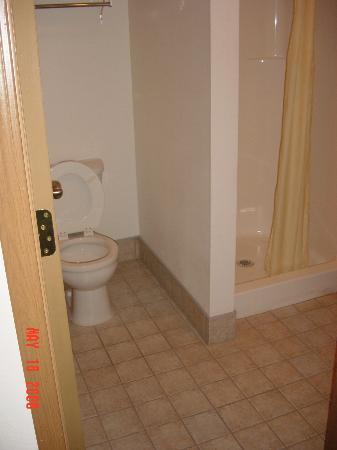 Budget Saver Motel Coeur d'Alene : Room 110 bathroom completely redone