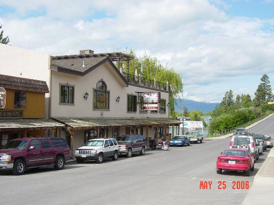 Swan River Inn : Street view of Inn