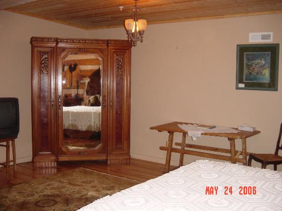 Swan River Inn: Antique wardrobe in room