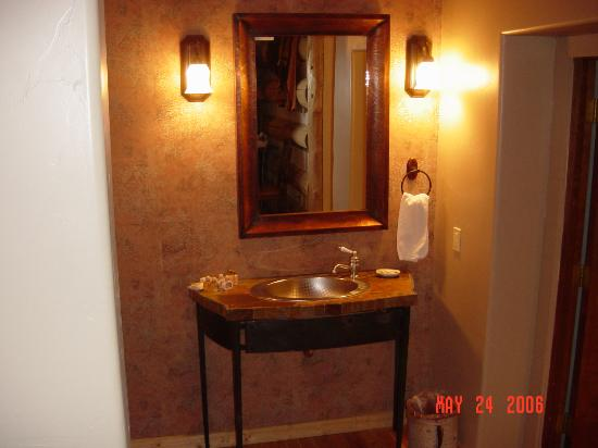 Swan River Inn: Tile counter and Stainless Sink