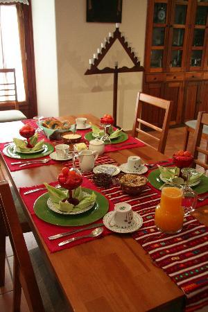 Casa de los Milagros B&B: Typical breakfast table setting.  Wonderful!