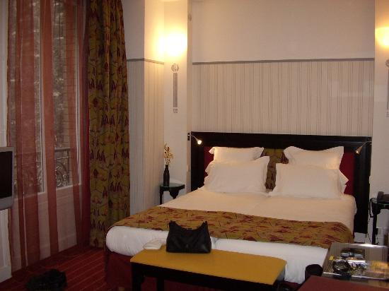 Hotel Eiffel Seine: Looking into the room