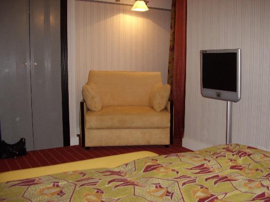 Hotel Eiffel Seine: Flat screen t.v and settee
