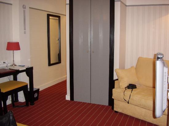 Hotel Eiffel Seine: Passage leading to bathroom and door