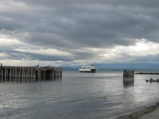 Casey's Cove Inn: The Pt. Townsend/Keystone Ferry docks nearby