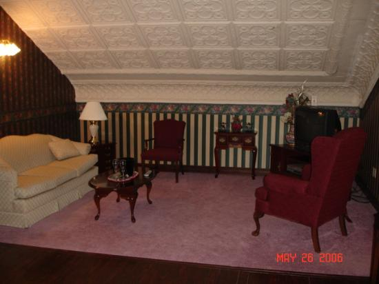Christopher's Bed and Breakfast: Living area Governor Suite