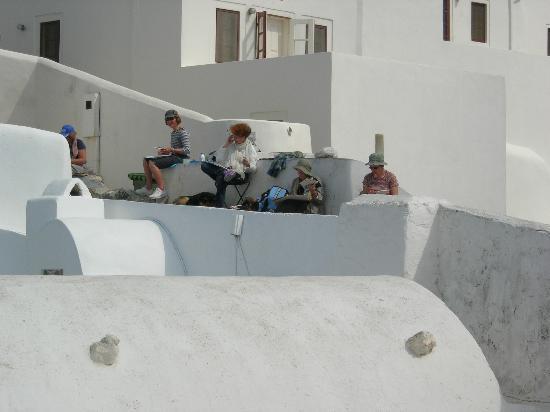 Art Maisons Luxury Santorini Hotels Aspaki & Oia Castle: artisits painting Aspaki and view