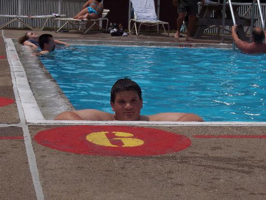 Hersheypark Camping Resort: Jeff cooling off in the pool