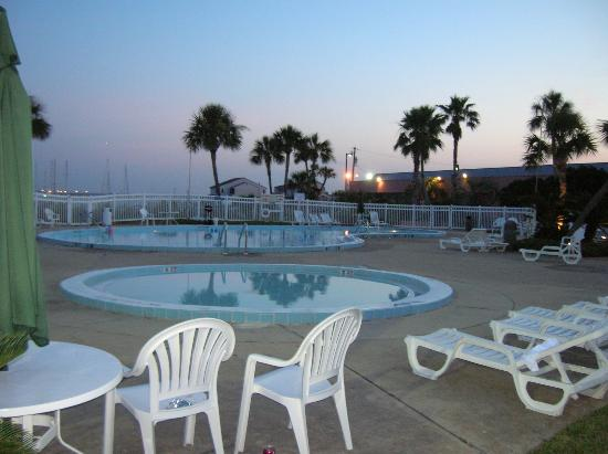 Quality Inn and Suites: Down Below - Pool Area