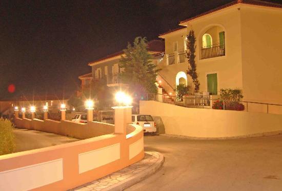 9 Muses Hotel Skala Beach: Skala Hotel by night