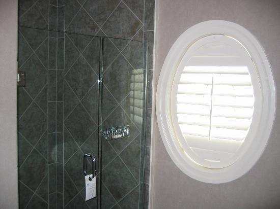 Harbour House Hotel: Shower Room 304