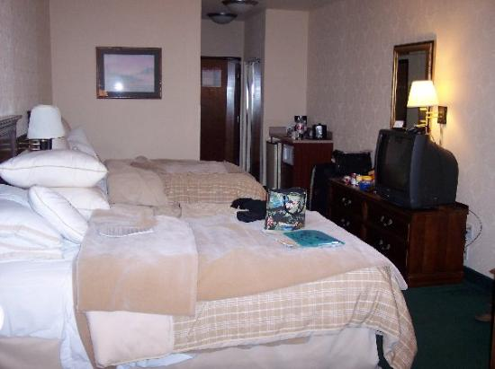 Four Points by Sheraton Portland East: Standard Room w/ 2 double beds.