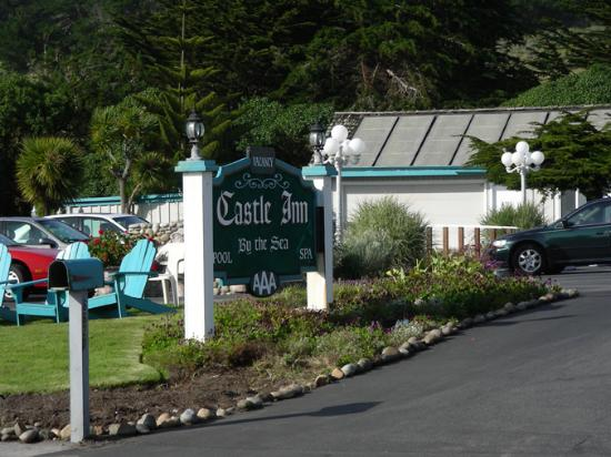 Linn's Fruit Bin Farmstore: Front of Castle Inn by the Sea