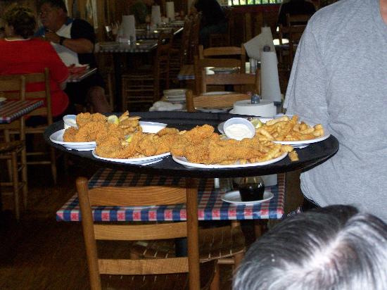 Berry Springs Lodge: Catfish at Huck Finn's in Sevierville