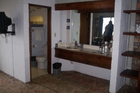 Los Pelicanos Hotel: Bathroom/Closet