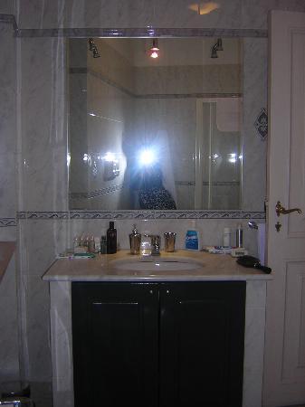 Roma Resort Barberini: Marble Bathroom