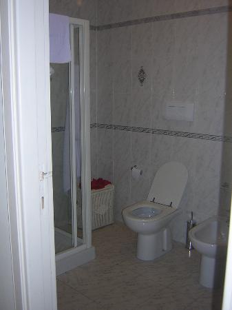 Roma Resort Barberini: Bathroom