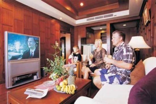 Beach Terrace Hotel Krabi: Suite Living room