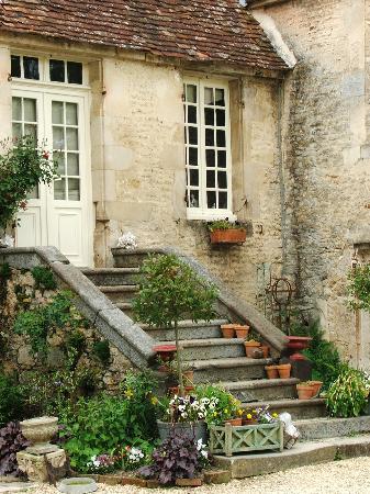 Manoir du Gue Pierreux : Beautiful flowers and steps