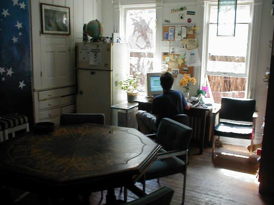 Hilltop Hostel: Room for eating, browsing and calling