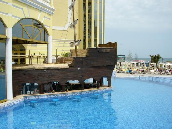 Victoria Palace Hotel & Spa: swim up bar