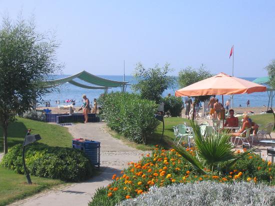 Limak Atlantis Deluxe Hotel & Resort: Beach bar and the beach
