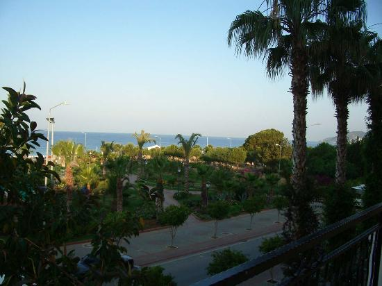 Riviera Hotel & SPA: Right view out of Hotel, beautiful gardens before the beach