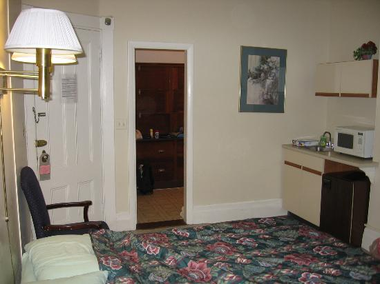 463 Beacon Street Guest House: Another view of kitchenette with bathroom and front door
