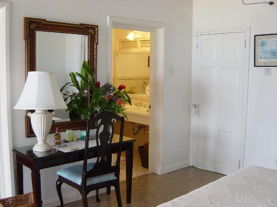 Jamaica Inn: Desk in our suite