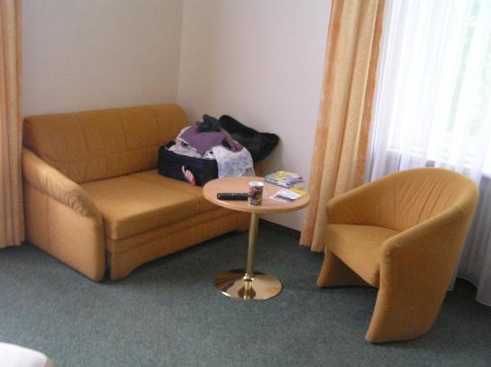 Hotel Uhland: Nice sitting area in business class room