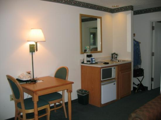 Country Inn & Suites by Radisson, Rock Falls, IL: Microwave and fridge....nice!