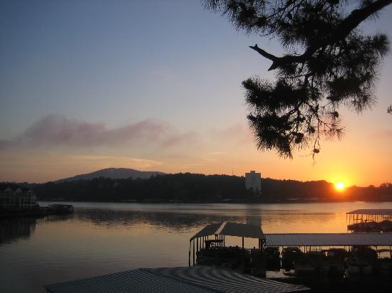 Country Inn Lake Resort: Sunrise over Lake Hamilton