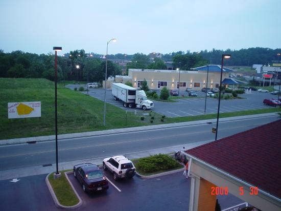 La Quinta Inn & Suites Pigeon Forge: Right view from window...Mandrian buffet