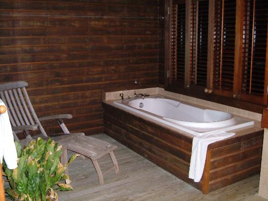 Veligandu Island Resort & Spa: Open air bathroom