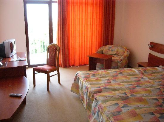 Kristal Hotel: Spacious Room facing sea and pool below