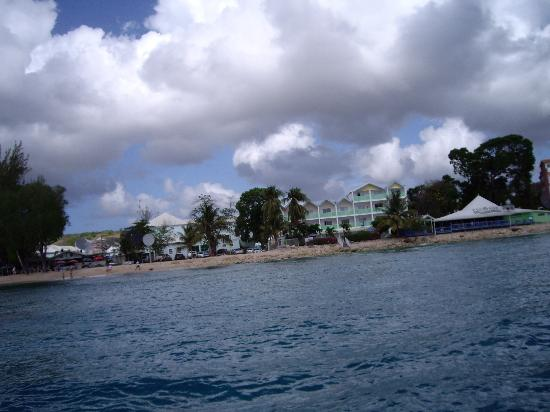 Tropical Sunset Beach Apartment Hotel: hotel (green) in centre, viewed from sea