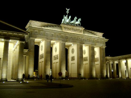 Berlin, Jerman: Brandenburg at night