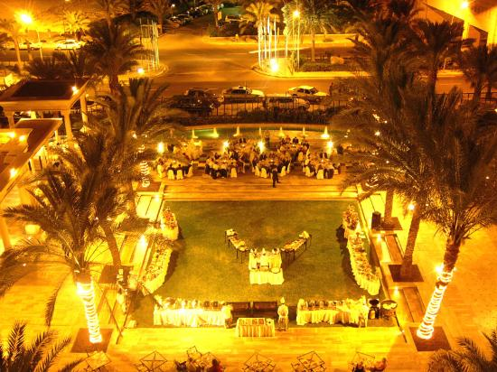 Movenpick Resort & Residences Aqaba: Hotel Court by Night