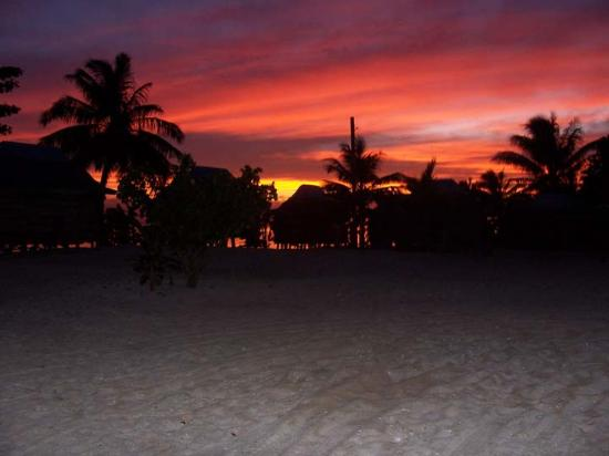 Tanu Beach Fales: fales in front of sunset over the beach