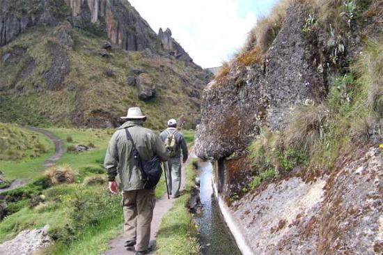 El Portal del Marqués: Steve and Carlos walk by the ancient canal above Cajamarca