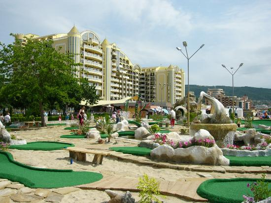 Bellevue Hotel: Minigolf nearby, with Victoria Palace next door