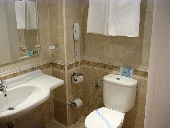 Bellevue Hotel: Bathroom, nicely finished, with usual shampoos etc.