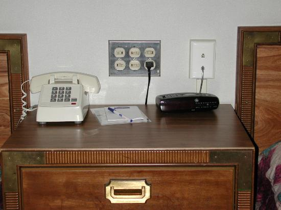 Howard Johnson Closest to the Falls and Casino: Night Stand with alarm clock